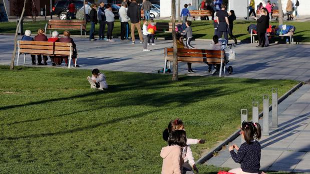 Niños y mayores en un parque en Arroyo de la Encomienda, en Valladolid