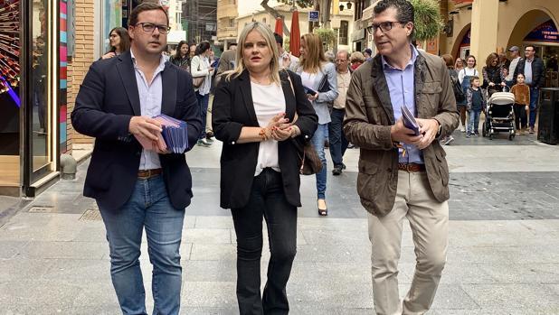Mari Mar Blanco, junto a Agustín Almodóbar y Manuel Pérez Fenoll, este jueves en Benidorm