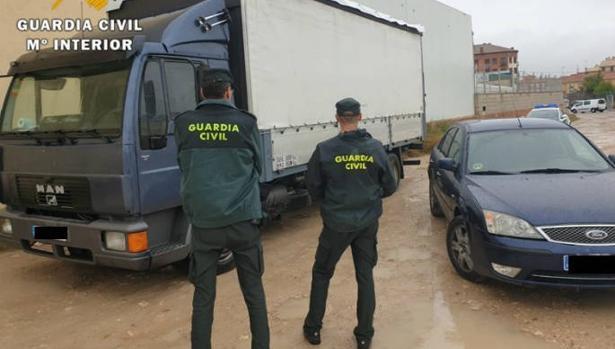 La Guardia Civil custodia un camión