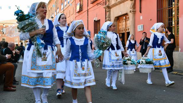 Participantes vestidas de talaveranas, durante el desfile