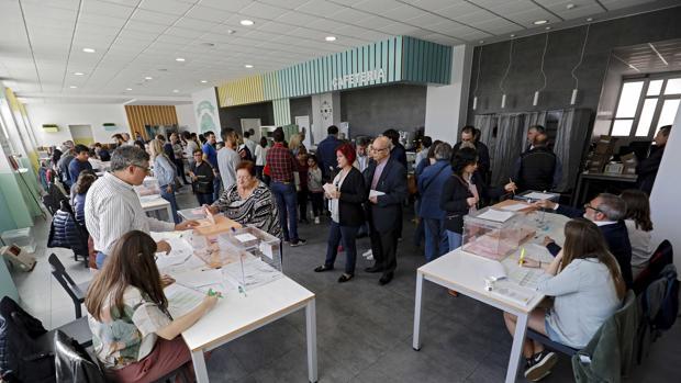 Ambiente en un colegio electoral este domingo