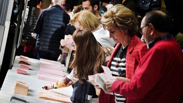 Imagen de la jornada de votación en un colegio electoral de Valencia este domingo, 28 de abril