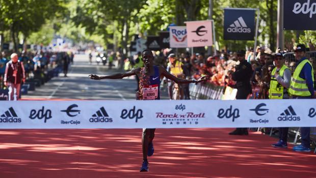 El ganador de la prueba de 42 kilómetros a su llegada a la meta