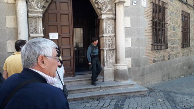 Domingo, de espaldas, delante de la puerta de la Audiencia Provincial de Toledo este martes