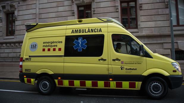 Imagen de archivo de una ambulancia en Barcelona