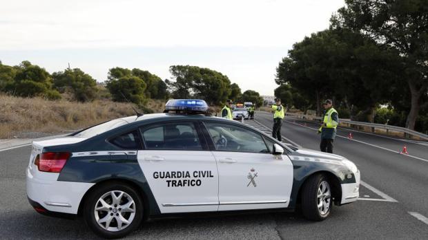 Patrulla de la Guardia Civil de Tráfico en una carretera ailcantina