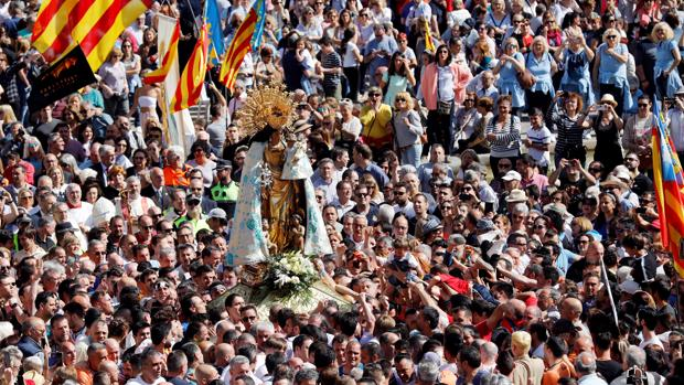 La imagen de la Virgen, durante el traslado