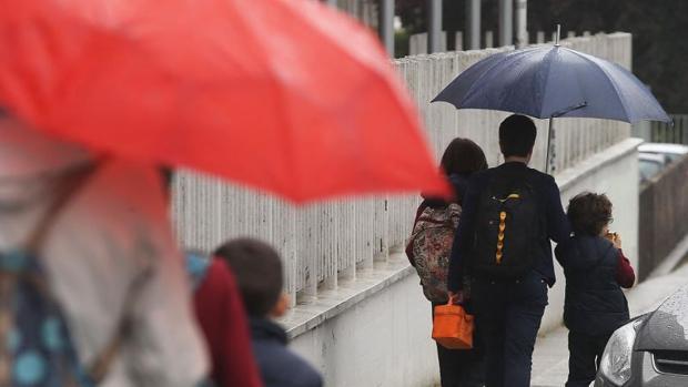 Varios menores a la salida de un colegio gallego