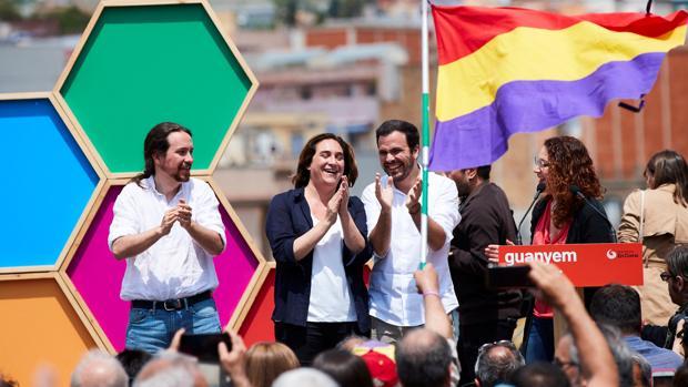 Pablo Iglesias, Ada Colau y Alberto Garzón se ríen ayer en un mitin celebrado en Barcelona