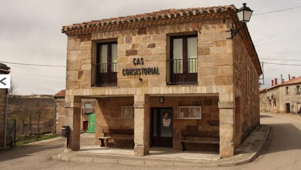 La fachada del Ayuntamiento de Campolara (Burgos)