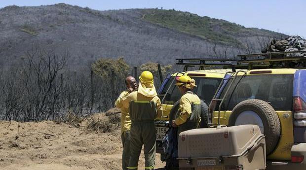 Agentes de un dispositivo tras el trabajo en un incendio