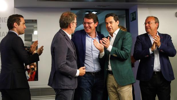 El presidente del PPdG, Alberto Núñez Feijóo ; el presidente del PP de Castilla y León, Alfonso Fernández Mañueco, y el líder de la formación en Andalucía, Juanma Moreno, durante la reunión del Comité Ejecutivo Nacional celebrada en Madrid