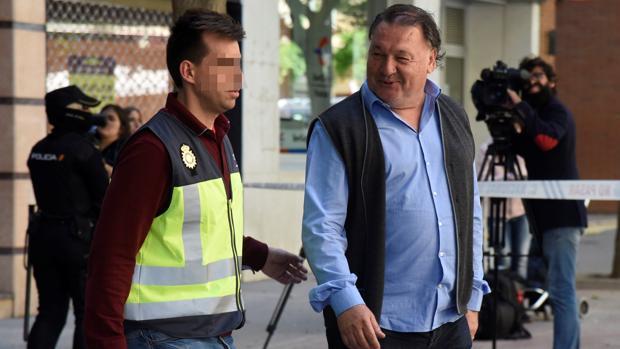 El presidente del Huesca, Agustín Lasaosa, a su salida de las oficinas del club tras ser detenido