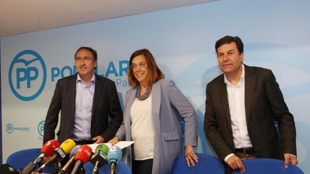 La presidenta del PP en Palencia, Ángeles Armisen, junto al candidato a la Alcaldía, Alfonso Polanco, y el procurador electo, Carlos Fernández Carriedo, analizan los resultados de las Elecciones Municipales y Autonómicas