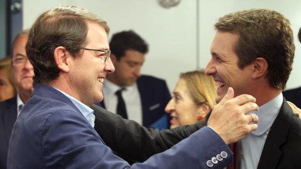 El presidente del PP, Pablo Casado, felicita al presidente del PP de Castilla y León, Alfonso Fernández Mañueco, por los resultados conseguidos en la elecciones autonómicas, al comienzo del Comité Ejecutivo del Partido
