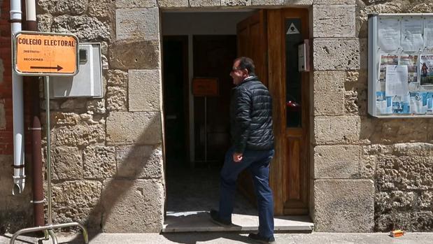 Un vecino de Hornillos del Camino (Burgos) se acerca a un colegio electoral para votar el pasado 26-M