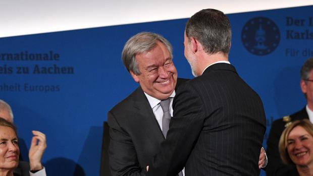 Don Felipe felicita al secretario general de Naciones Unidas, Antonio Guterres, por recibir el Premio Carlomango