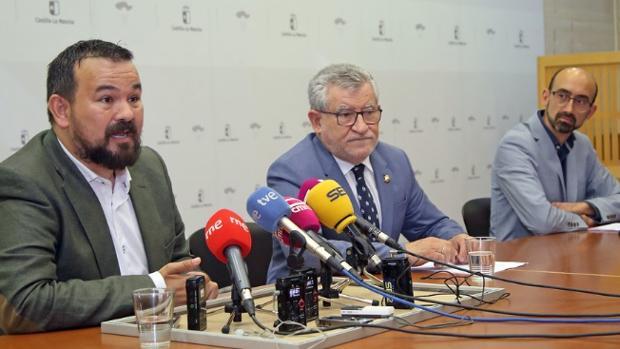 De izquierda a derecha: Juan Ramón Amores, director general de Deportes, Ángel Felpeto, consejero de Educación, y Javier Valenciano, decano de la Facultad de Educación de la UCLM