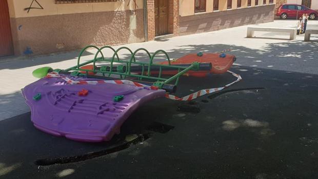 El juego infantil de la plaza de Aravaca en el suelo