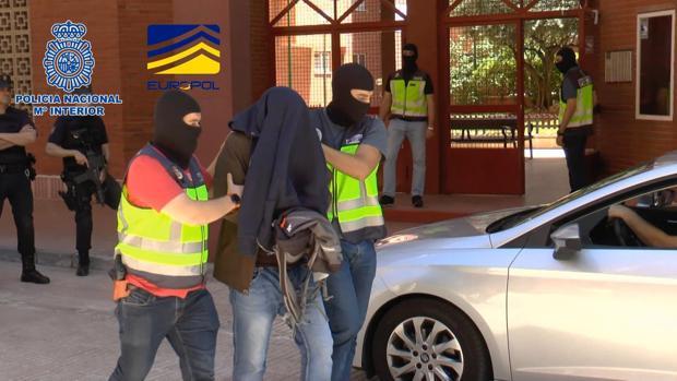 La Policía se lleva detenido a A. M., un sirio de 43 años que vivía en un piso de Vallecas, en Madrid