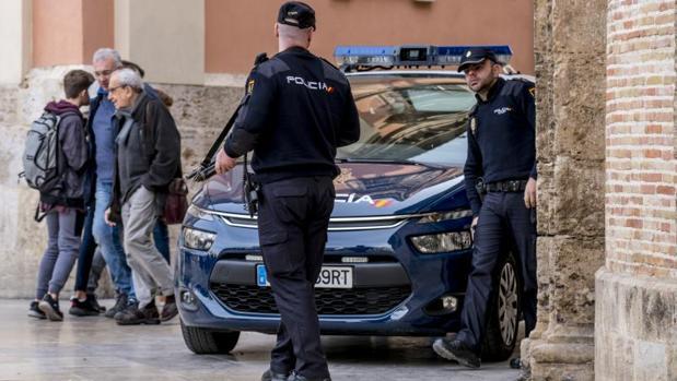 Patrulla de la Policía Nacional en una calle de Valencia