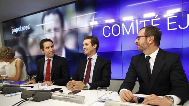 Pablo Casado, presidente del PP, junto con Teodoro García-Egea y Javier Maroto