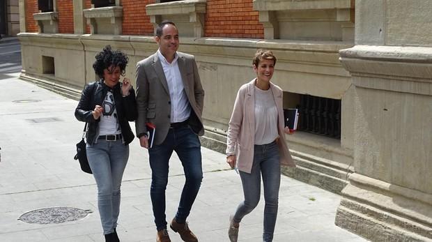 Los dirigentes del PSN, hoy, a su entrada al Parlamento de Navarra