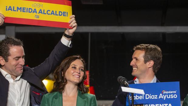Teodoro García Egea, Isabel Díaz Ayuso y Pablo Casado, en Génova en la noche electoral del 26 de mayo