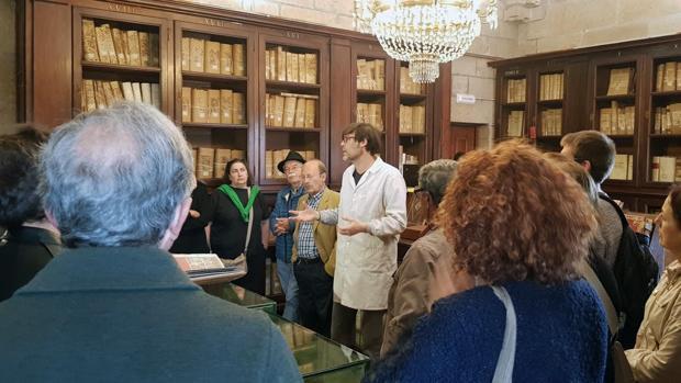 Especialistas de la Catedral de Santiago exponen el trabajo que realizan durante las visitas guiadas -