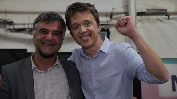 Íñigo Errejón, con el candidato de Más Madrid-Ganar Móstoles, Gabriel Ortega, el pasado 2 de mayo