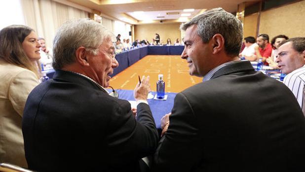 José Manuel Tofiño y Álvaro Gutiérrez, a la izquierda, conversan durante la comisión