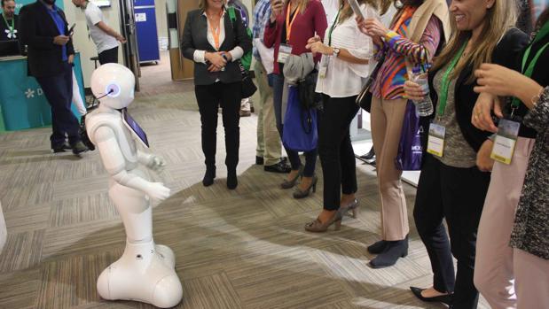El robot «Auralio», utilizado por el fabricante de audífonos Widex en un congreso médico
