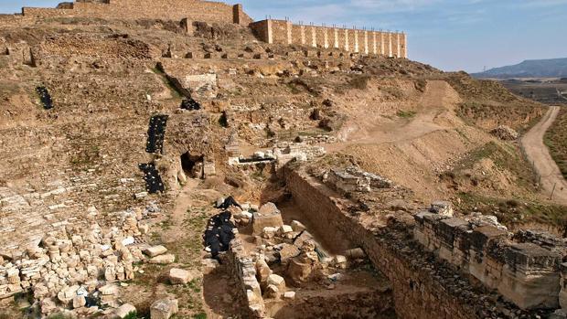 Vista panorámica de parte del yacimiento romano de Bílbilis. En primer plano, las ruinas de su teatro