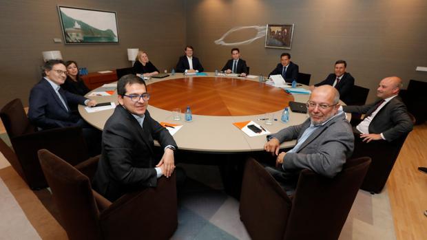 Premira reunión de los equipos de PP y Cs para negociar el pacto en Castilla y León