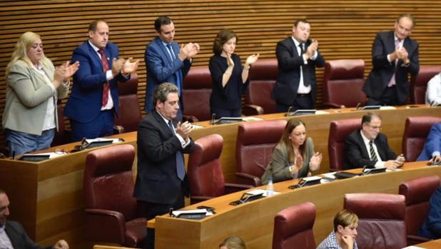 La bancada de Vox en les Corts Valencianes, aplaudiendo este jueves la intervención de su diputada Ana Vega