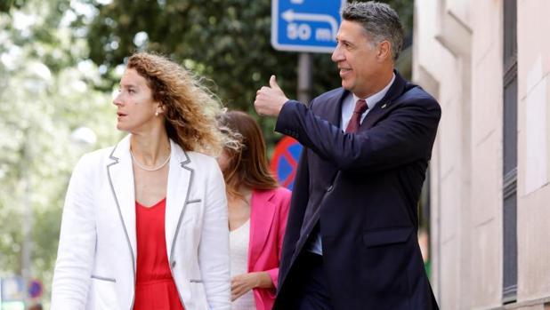 Albiol y la concejal González, a su llegada al pleno de Badalona esta mañana