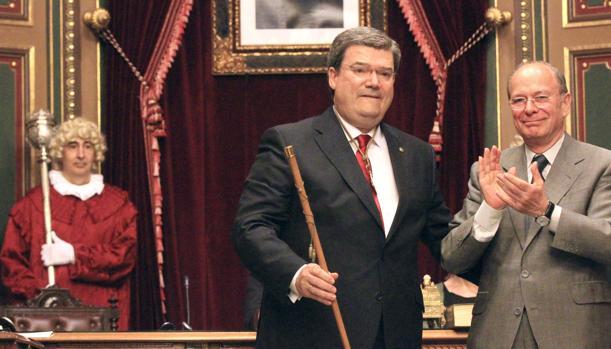 Juan María Aburto tras ser elegido, junto a su antecesor, Ibon Areso