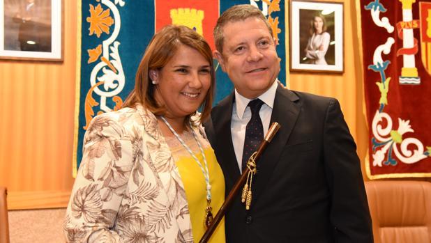 Agustina García Élez junto a Emiliano García-Page tras tomar posesión como alcaldesa de Talavera