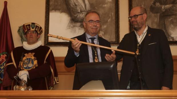 Bugallo muestra el bastón de mando, junto al alcalde saliente, Martiño Noriega