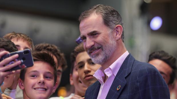 El Rey, junto a varios niños inaugurando en La Nave de Madrid el festival de innovación #Imperdible_04