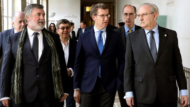 Feijóo y el conselleiro de Sanidade, en febrero, junto a representantes de los colegios médicos