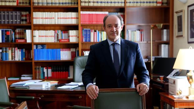 Rodríguez Padrón posa para ABC en su despacho
