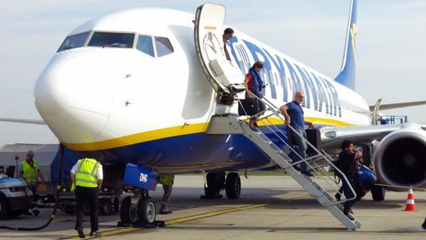 Pasajeros descienden de un avión de la compañía Ryanair
