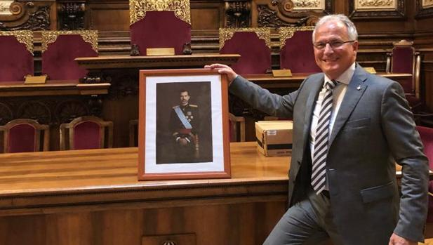 Bou, en el salón de plenos con una imagen de Felipe VI
