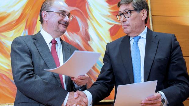 Podemos está dispuestos a permitir la investidura del Gobierno PSOE-PAR. En la imagen, el socialista Lambán y el líder del PAR, Arturo Aliaga