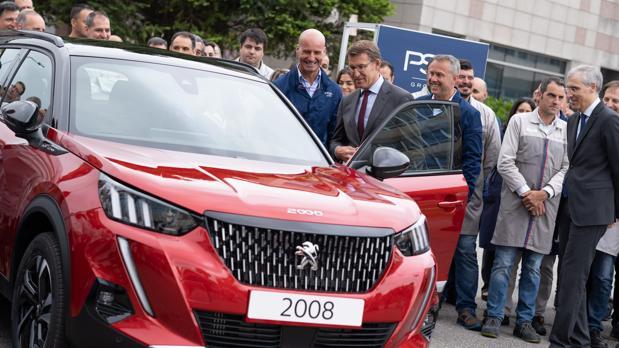 Feijóo y los responsables de PSA en Vigo con el nuevo todocamino de Peugeot