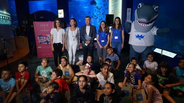 Alumnos de la escuela Ballester Fandos, de la Malvarrossa, con personal del Oceanogràfic y la editorial Rubio