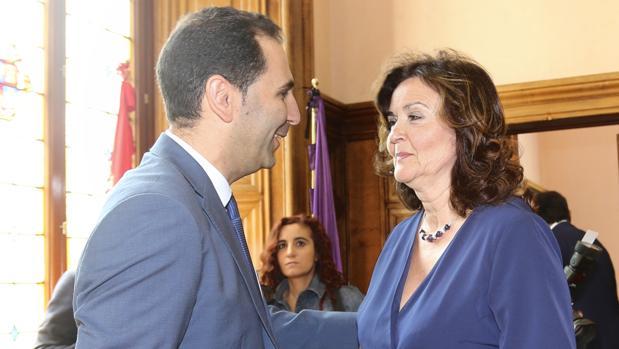 El nuevo alcalde de Palencia Mario Simón (Ciudadanos), que es elegido Alcalde con los votos del Partido Popular y de Vox, conversa con la cabeza de lista de Vox, Sonia Lalanda