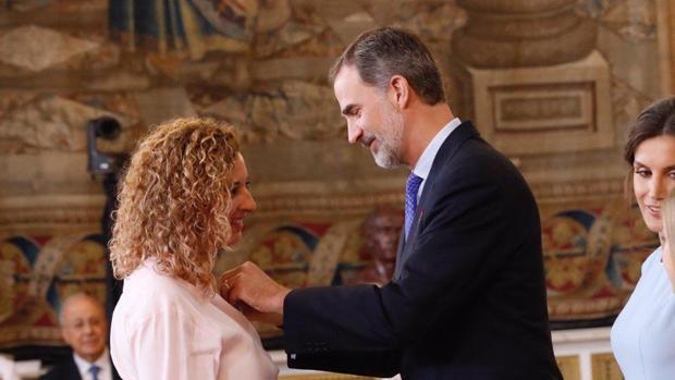 María Eugenia González Barderas recibe la condecoración de manos del Rey Felipe VI