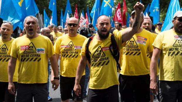 Trabajadores de Alcoa en Avilés, esta mañana en Madrid a donde llegaron tras 12 días de Marcha del Aluminio